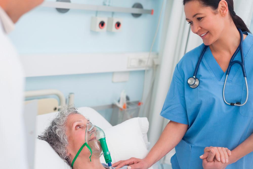 Enfermera atendiendo a paciente